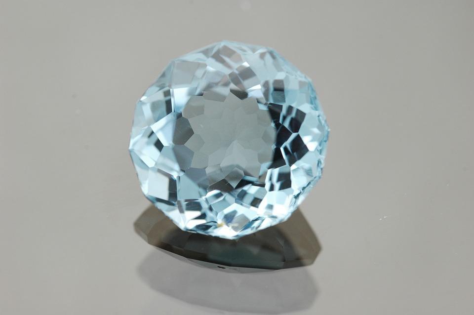 جوهرة حجر التوباز الأزرق