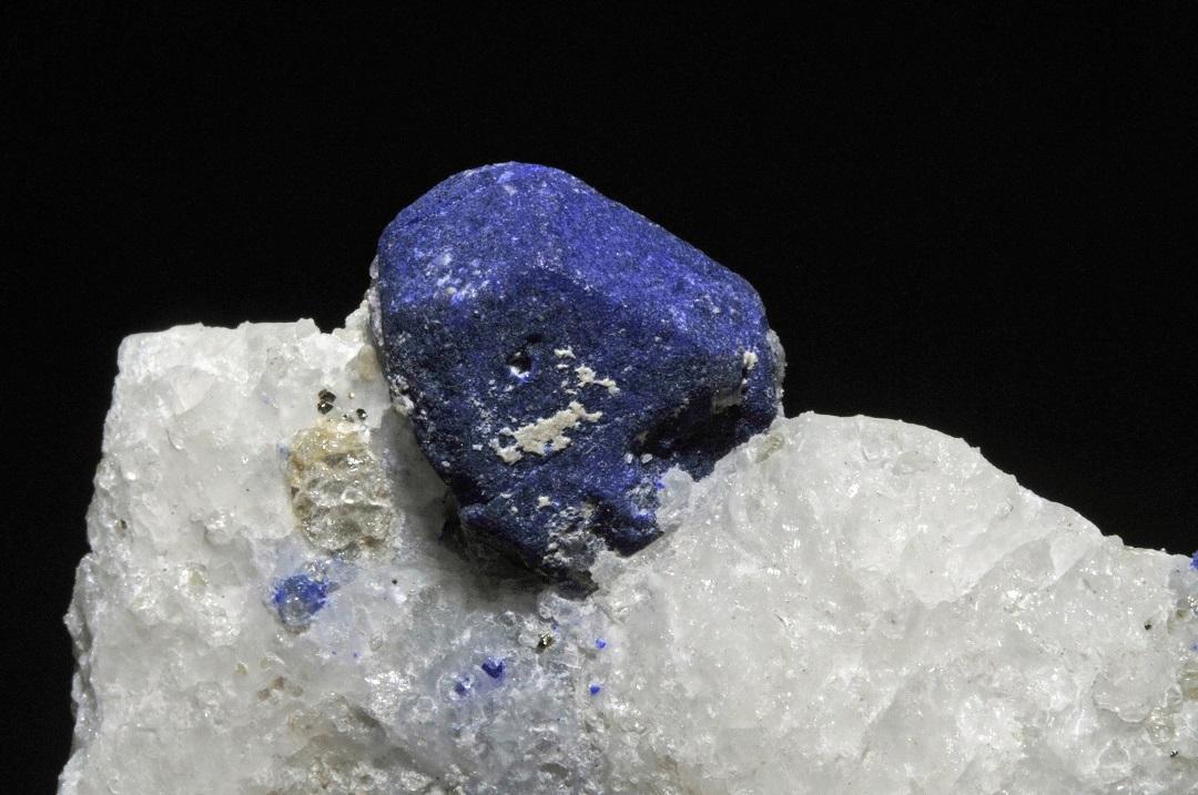 يتكون حجر الزمرد بشكل أساسي من اللازوريت