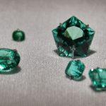 كيفية التعرف على حجر الزمرد الأصلي من المقلد