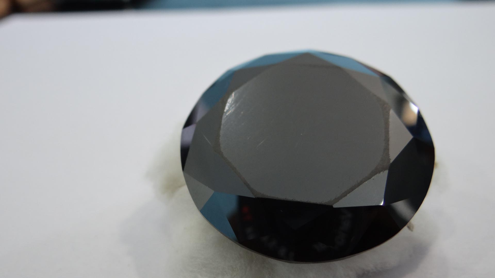 جوهرة حجر الألماس الأسود الطبيعي