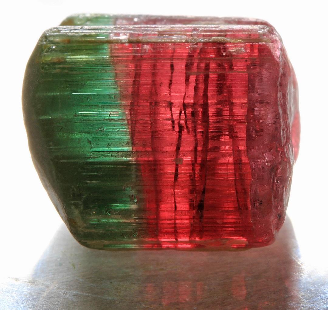 حجر تورمالين أخضر وأحمر اللون