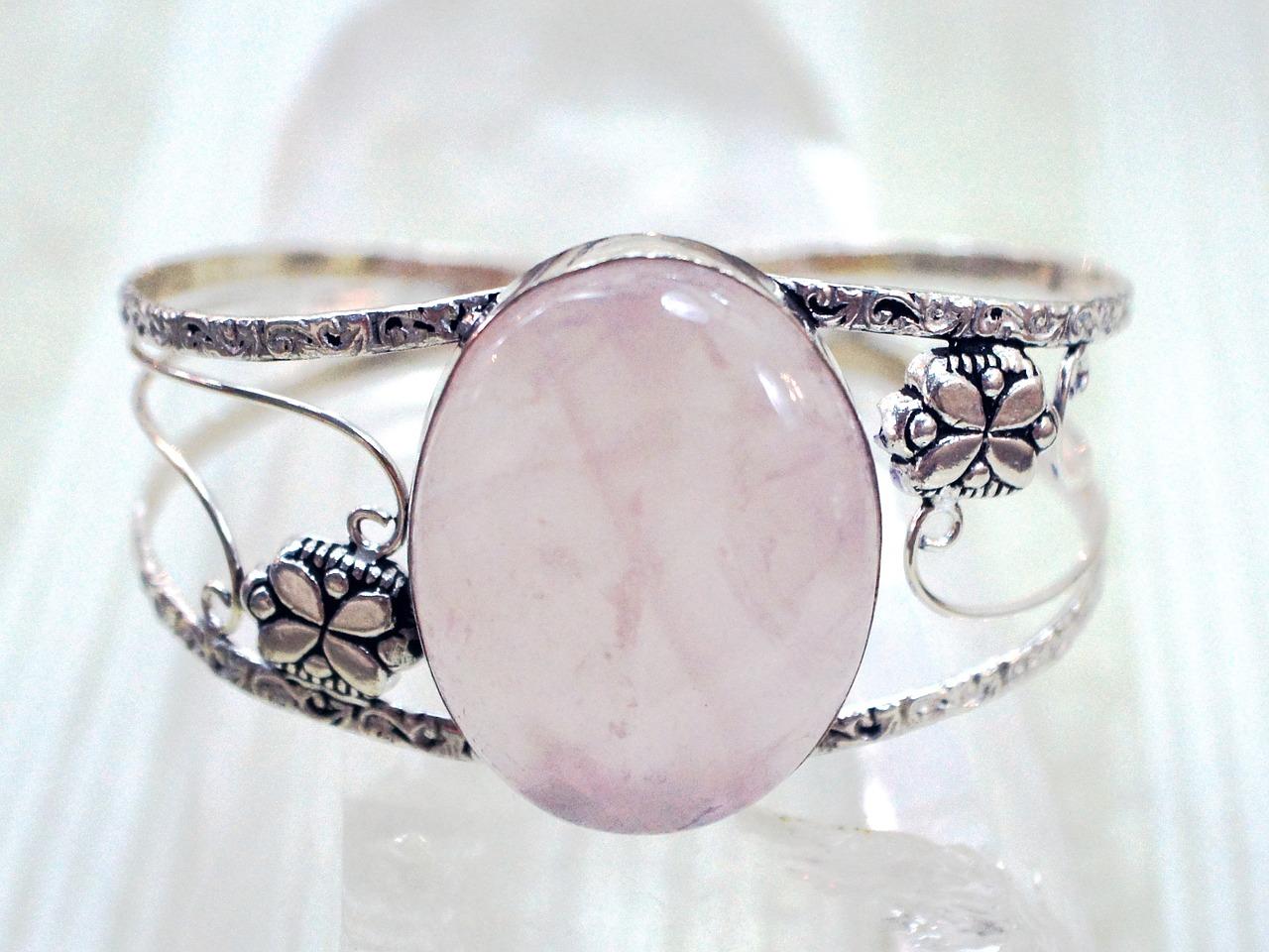 فوائد حجر الكوارتز: خاتم مرصع بحجر كوارتز وردي