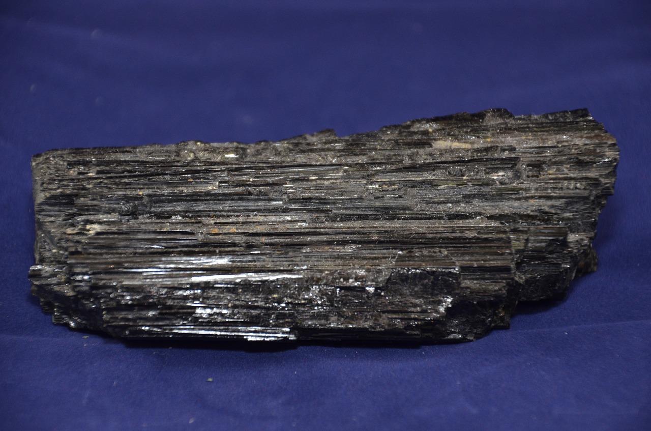 مظهر حجر التورمالين الأسود