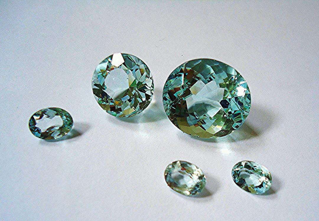 حجر الأكوامارين الأزرق