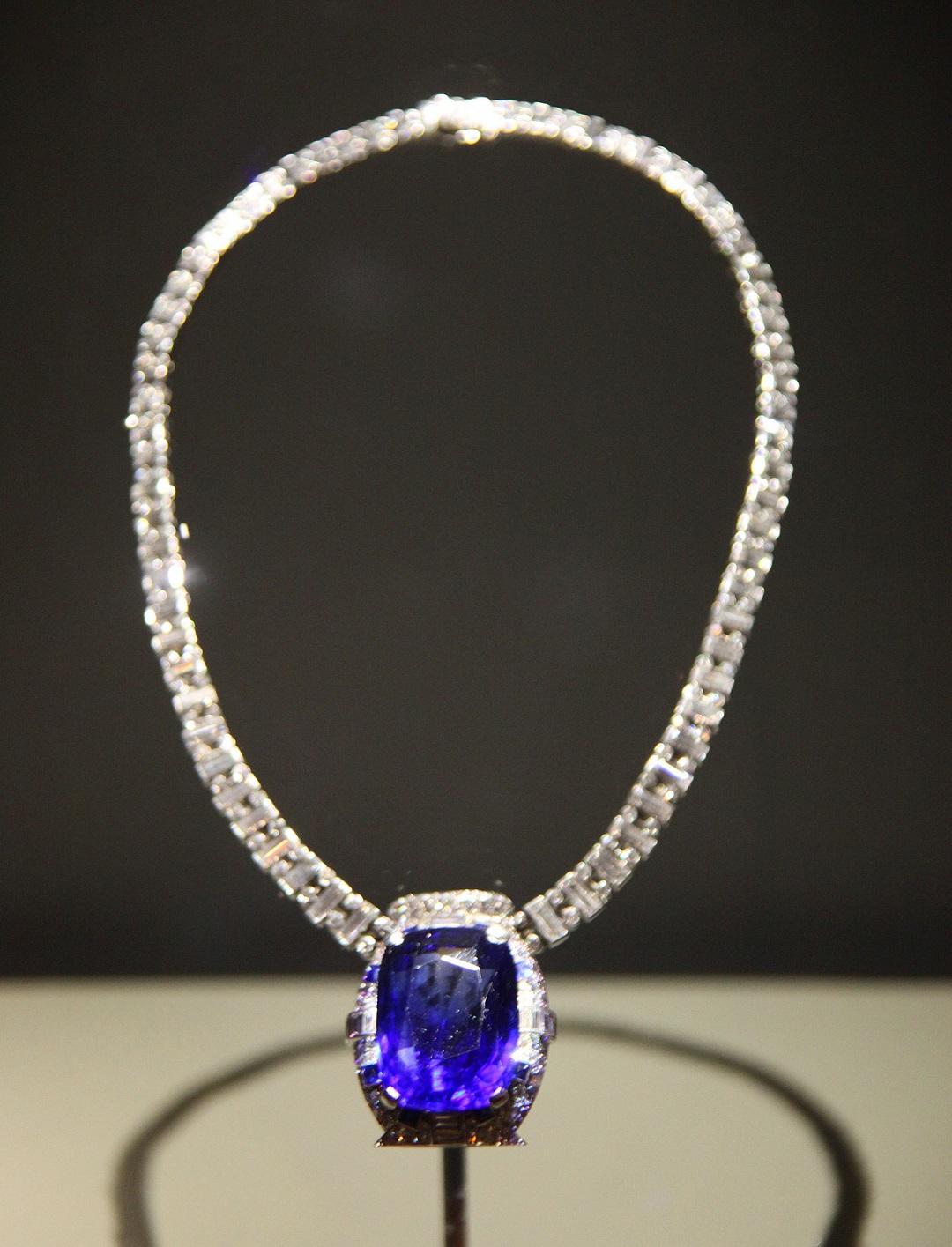 فوائد حجر الياقوت الأزرق - قلادة