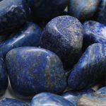 كيفية التعرف على حجر اللازورد الطبيعي من المزيف