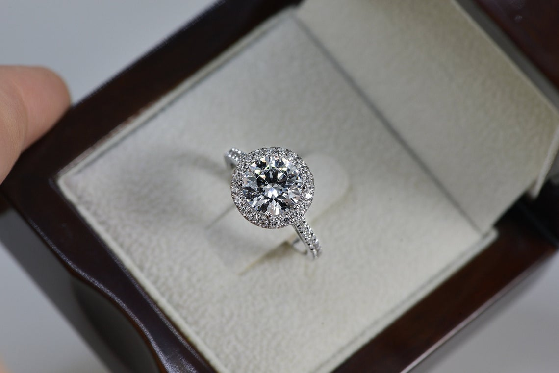 خاتم مرصع بحجر الماس