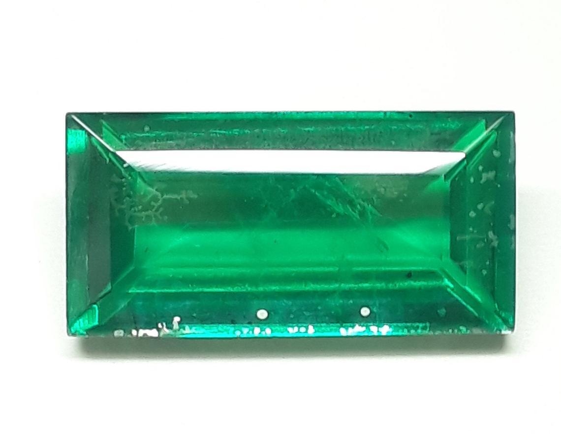 حجر زمرد أخضر طبيعي