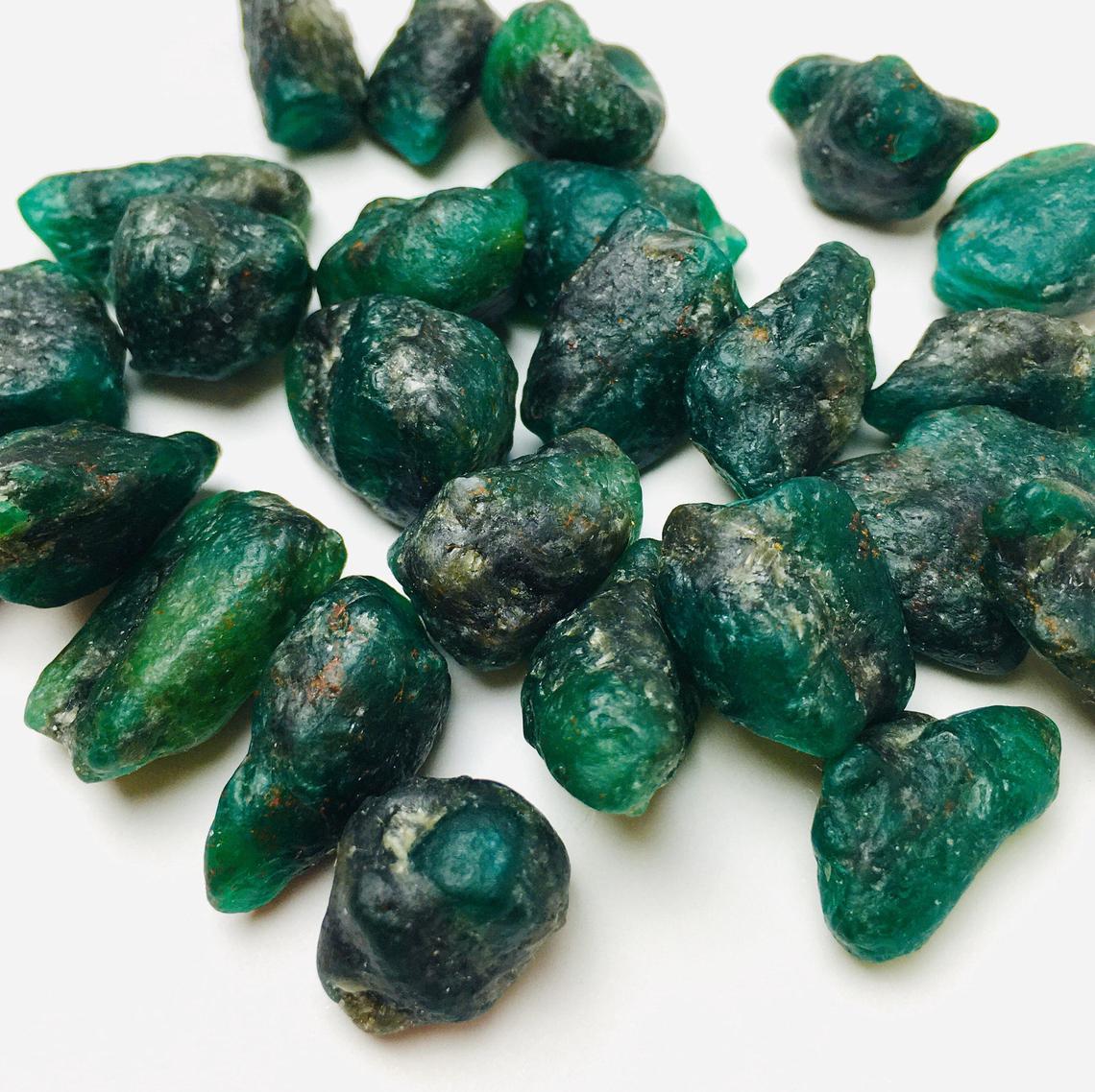 أحجار زمرد خام ذو الوان متنوعة