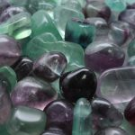 حجر الفلورايت - الخصائص والتركيب والألوان بالصور