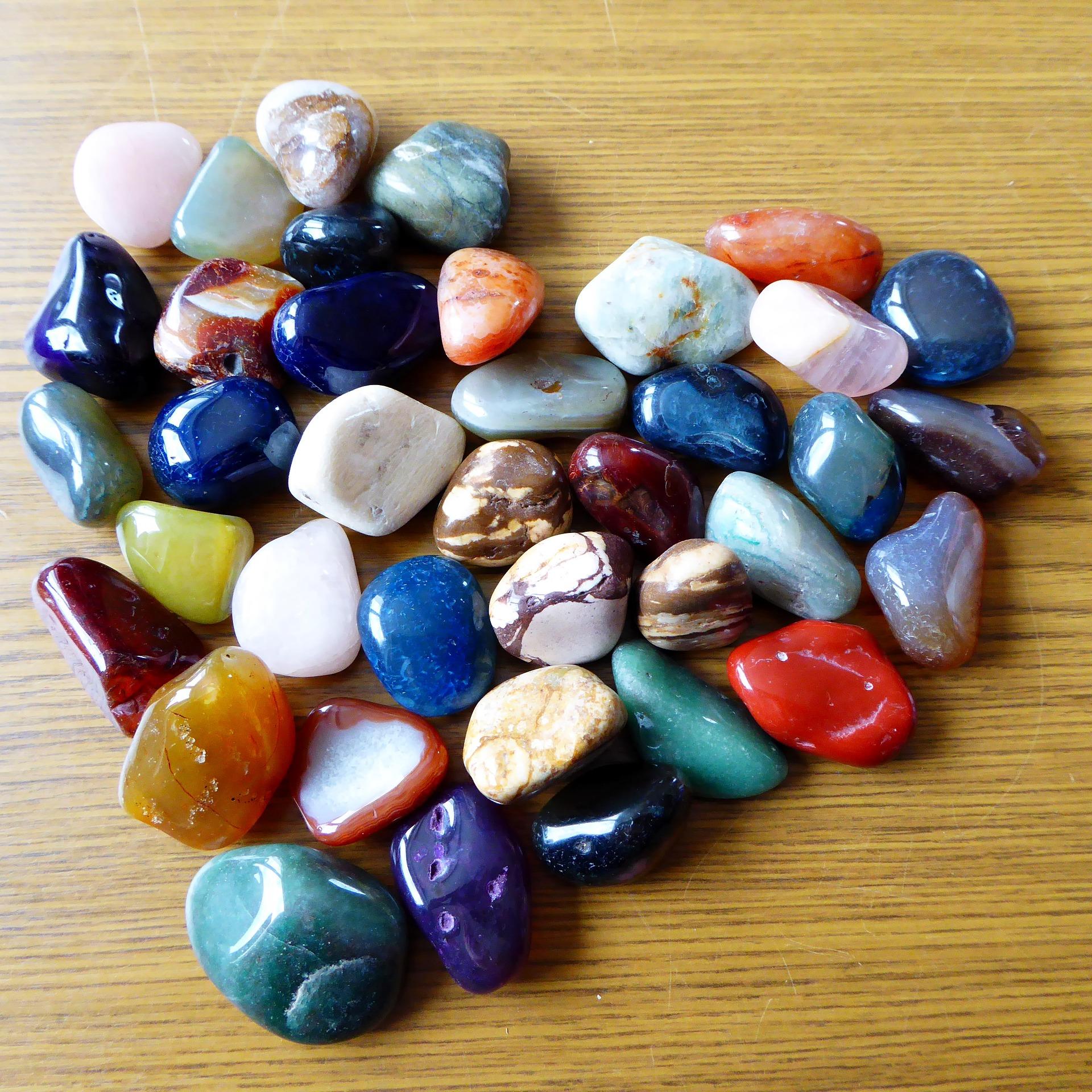 أحجار عقيق على شكل قلب
