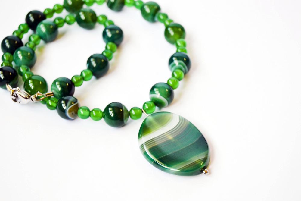 عقد من حجر العقيق الأخضر