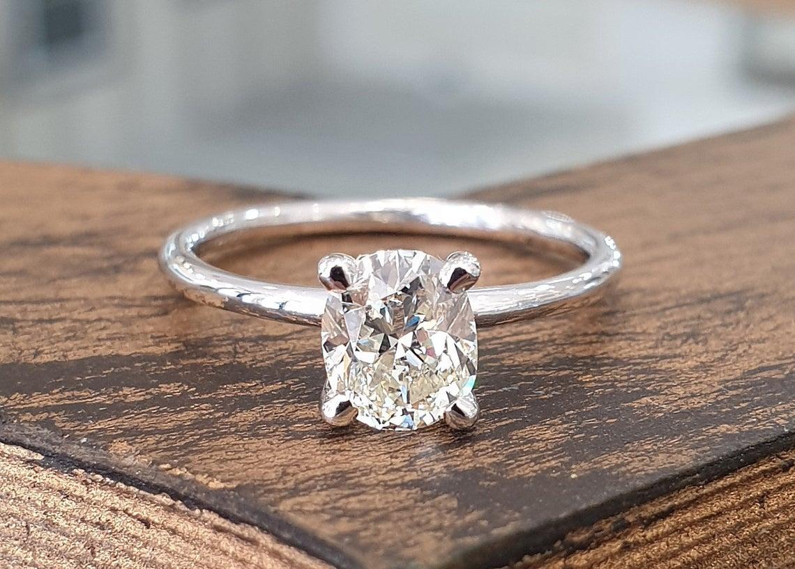 فحص مجوهرات الماس الحقيقية